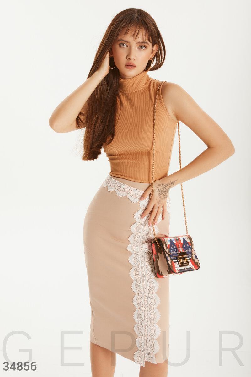 Однотонная юбка-карандаш на запах с кружевным декором бежевая