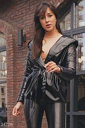 Легкая стеганая куртка на запах из экокожи с силиконовым наполнителем черная