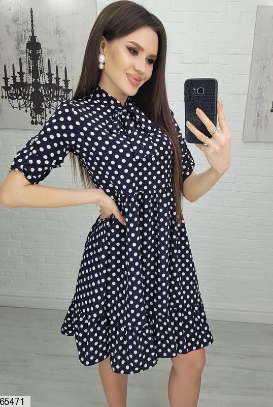 Женское свободное черное платье в горошек с оборкой снизу