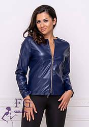 Женская демисезонная легкая куртка-жакет на молнии из экокожи синяя