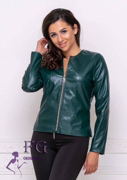 Темно-зелена жіноча шкіряна коротка весняна куртка на блискавці