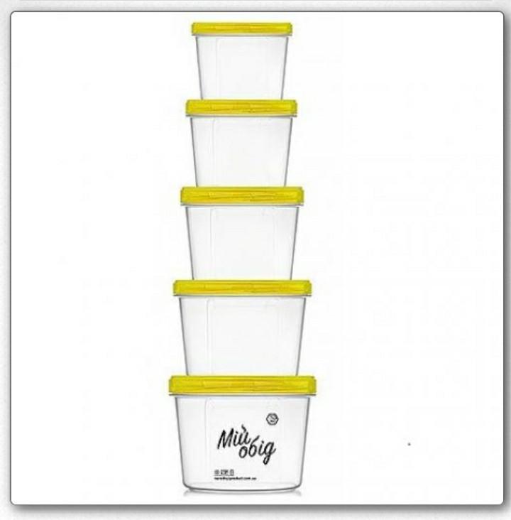 Набор пластиковых пищевых контейнеров с крышками