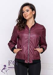 Жіноча легка курточка-бомбер на змійці, з кишенями бордова