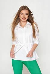 Нарядная белая офисная блузка с шнуровкой на талии и прошвой