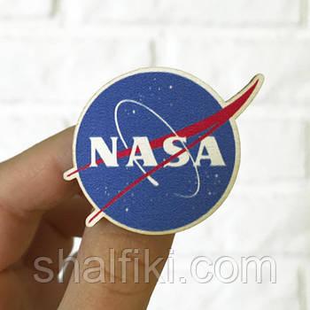 """""""НАСА / NASA"""" брошь деревянная с уф-печатью"""