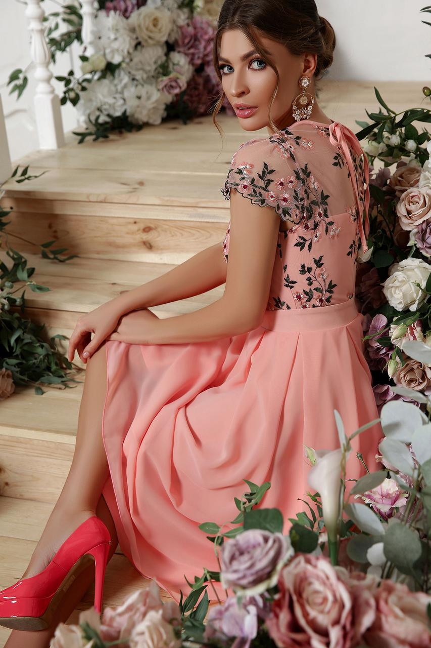 Персиковое женское платье с вышивкой