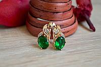 Женские серьги с зелеными камнями из медицинского золота .