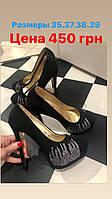 Женские черные туфли на высоком каблуке со стразами
