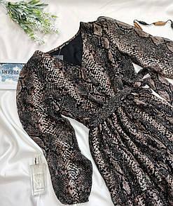 Жіноче плаття зі зміїним принтом