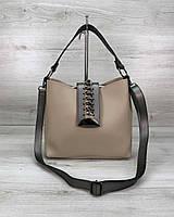 Стильная женская сумка среднего размера бежевого цвета 22х25х10 см