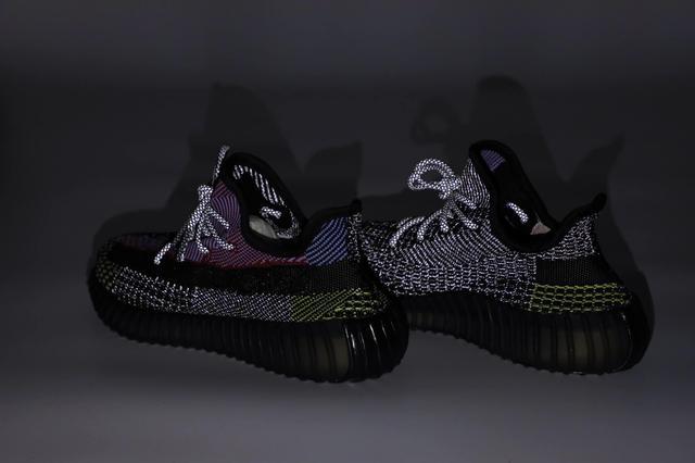 Черные рефлективные кроссовки Adidas Yeezy Boost 350 картинка
