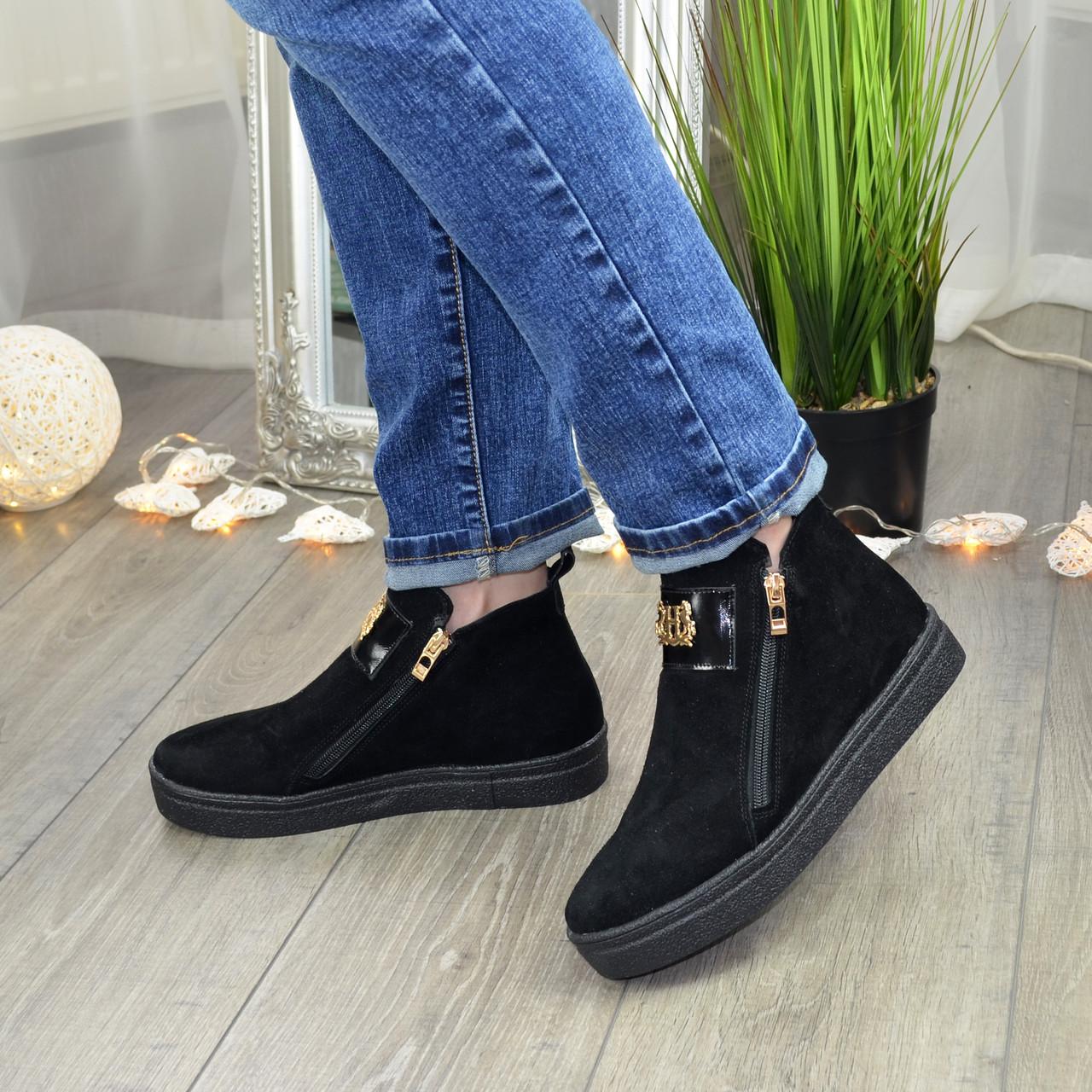 Демисезонные женские замшевые черные ботинки на утолщенной подошве, декорированы фурнитурой