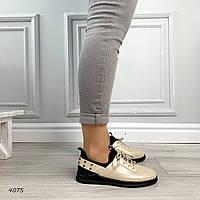 Золотистые спортивные туфли на шнуровке