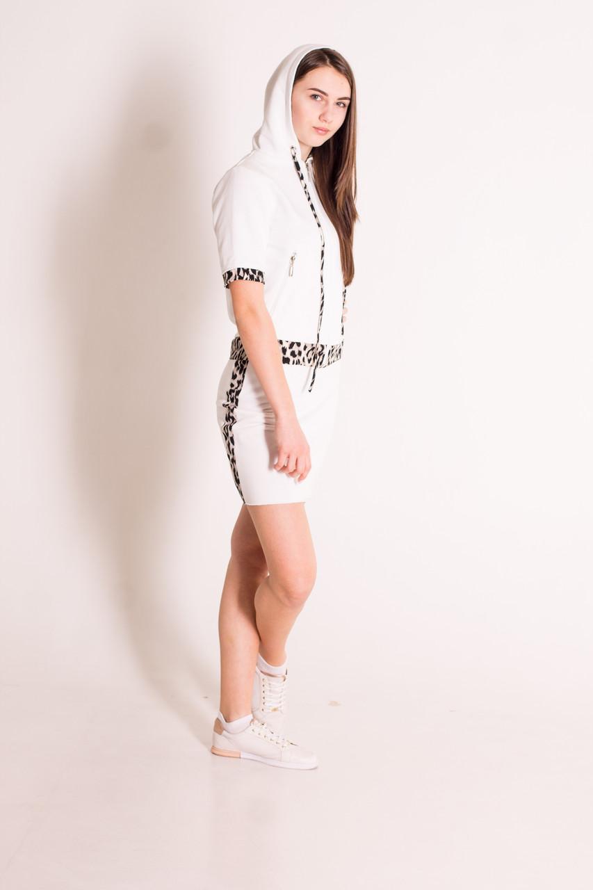 Костюм жіночий юбка і кофта на блискавці з капюшоном молочного кольору з леопардовим декором