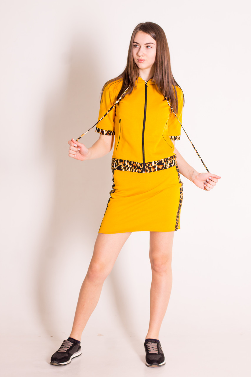 Костюм женский юбка и кофта на молнии с капюшоном горчичного цвета с леопардовым декором