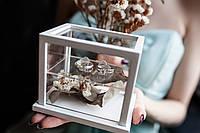 """Прозора весільна скринька для обручок """"Сяйво"""" з білим обрамленням та нішею для декору, 11*8*9см. України"""