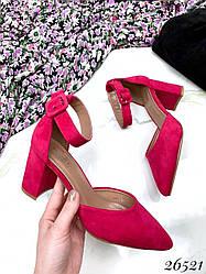 Туфли замшевые на невысоком каблуке и ремешке вокруг ножки