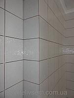 Укладка керамической плитки в ванной комнате.