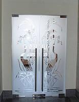 Двустворчатая стеклянная дверь в проеме из закаленного ударопрочного стекла