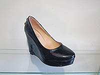 Туфли женские лаковые на танкетке