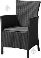 Серое садовое плетеное кресло с мягким сидением