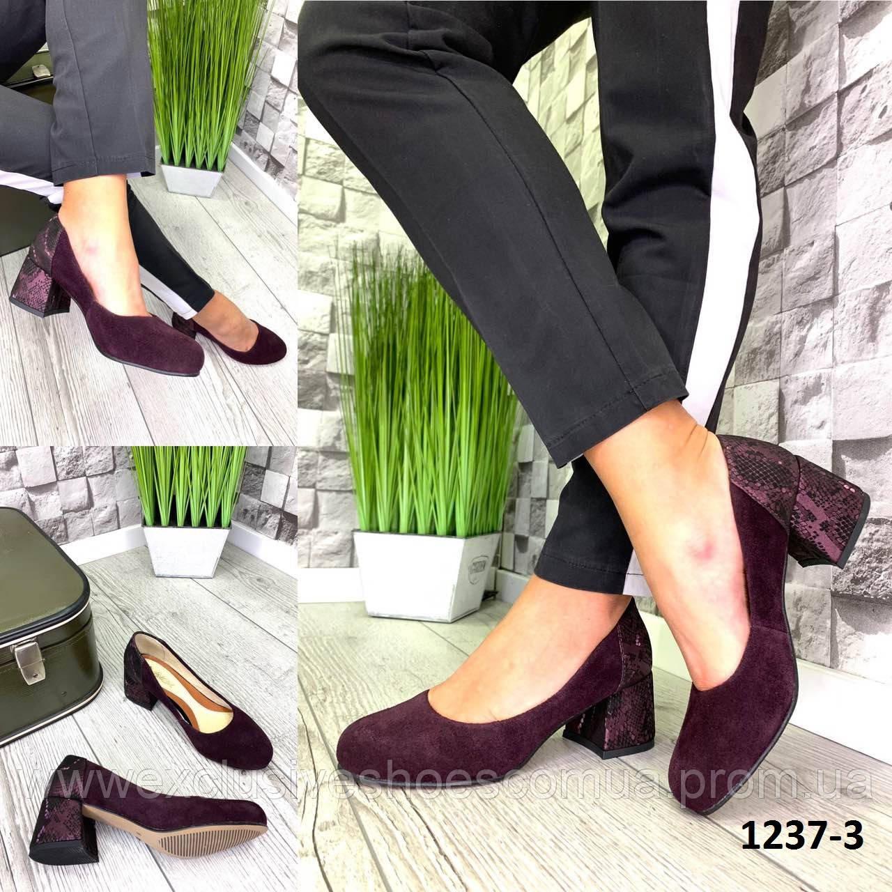 Туфли женские замшевые марсал на каблуке с принтом на пятке