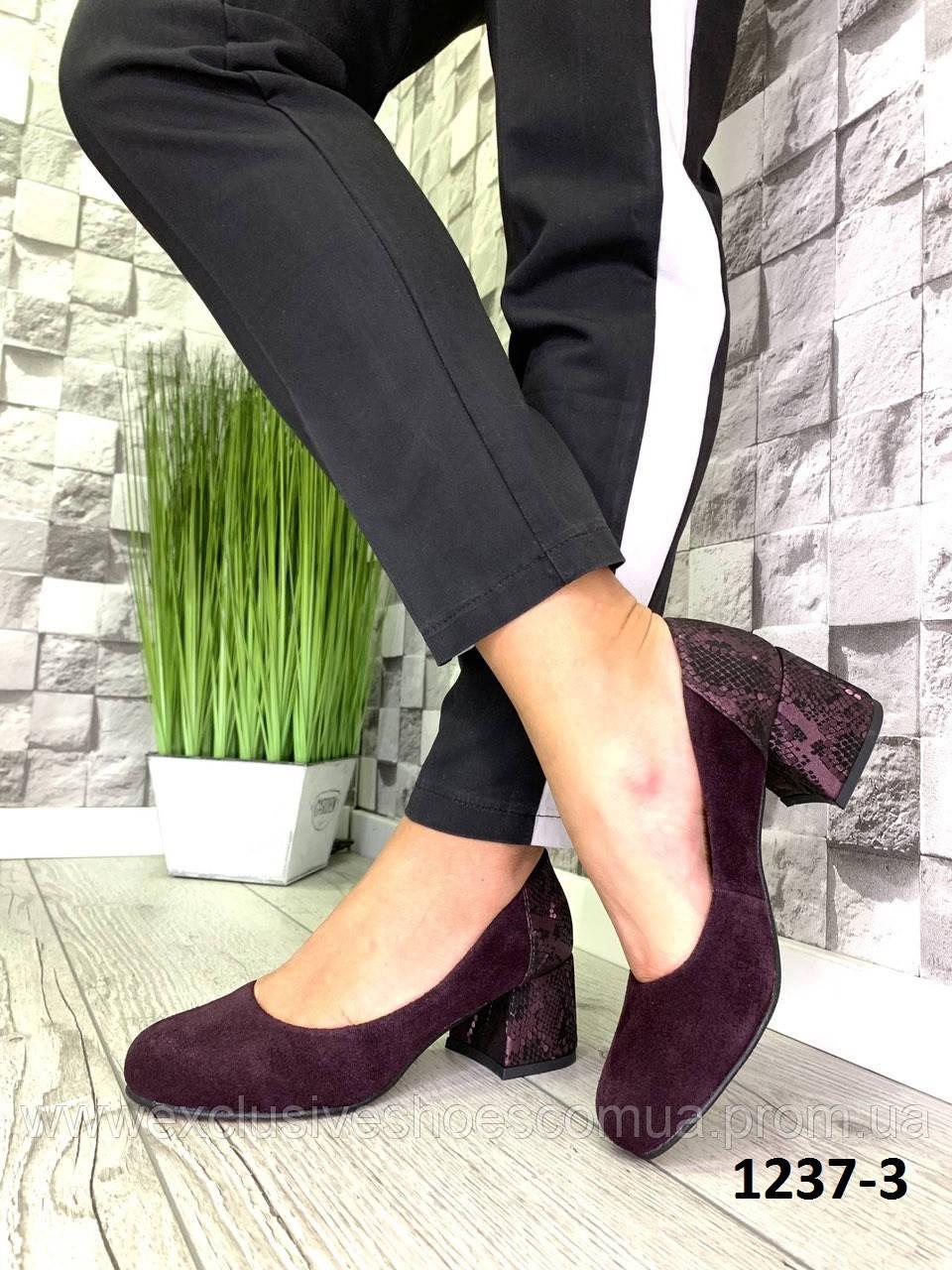Туфлі жіночі замшеві туфельки марсал на підборах з принтом на п'яті