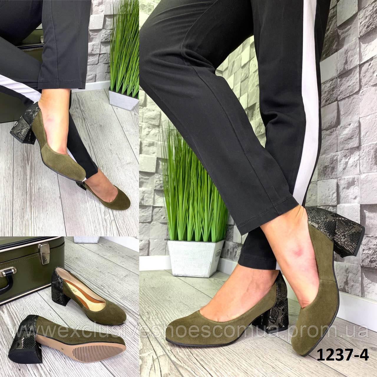 Туфли женские замшевые хаки на каблуке с принтом на пятке