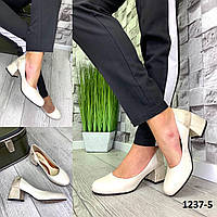 Туфли женские лодочки кожаные молочные на каблуке с принтом на пятке