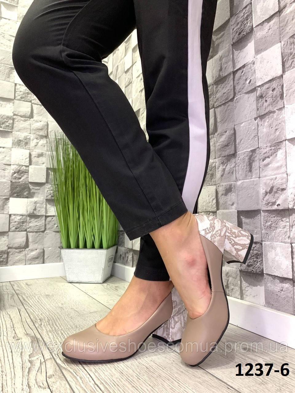 Туфлі жіночі шкіряні капучіно на підборах з принтом на п'яті