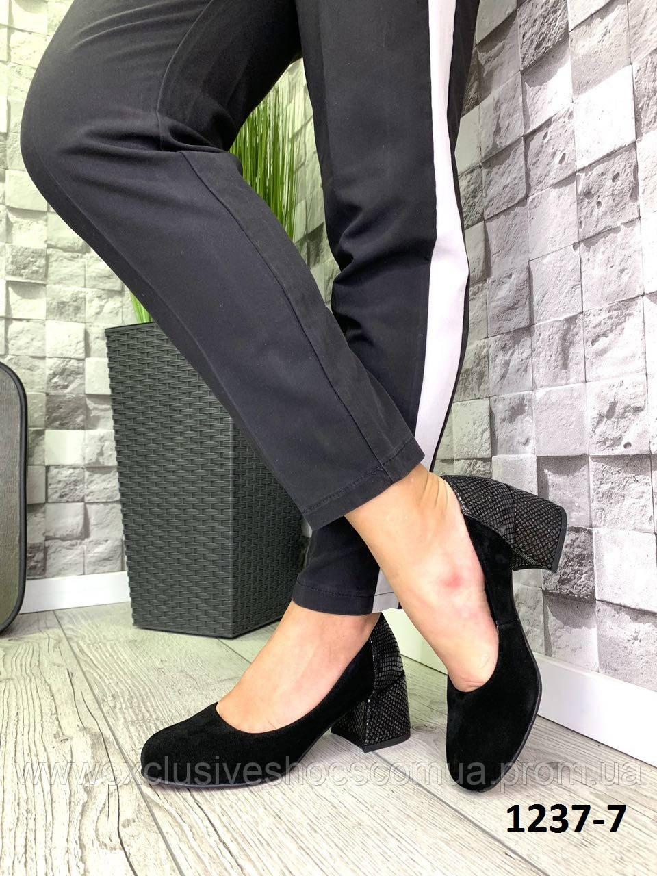 Туфлі жіночі замшеві чорні на підборах з принтом на п'яті