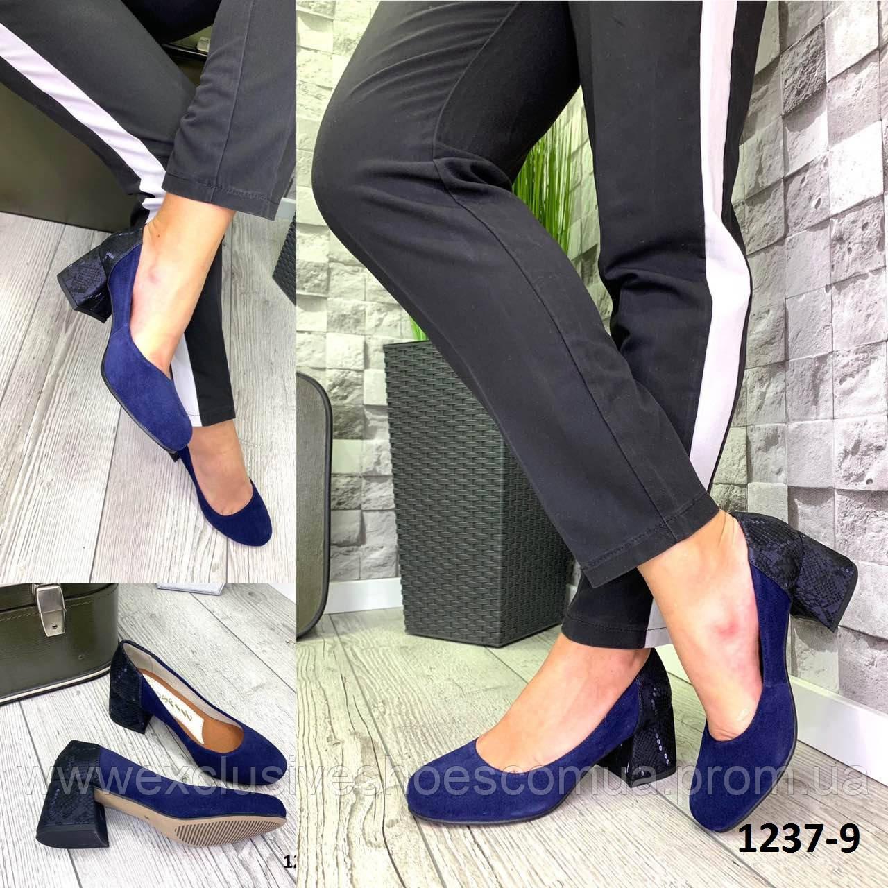 Туфли женские замшевые синие на каблуке с принтом на пятке