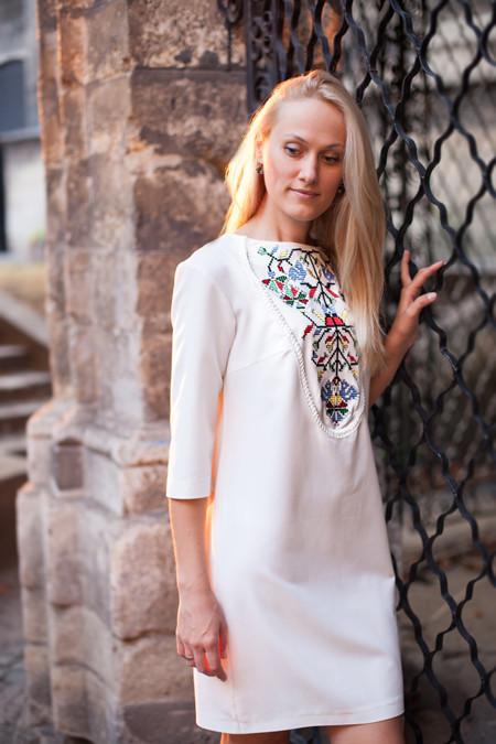 Етнічна біла сукня з вишивкою