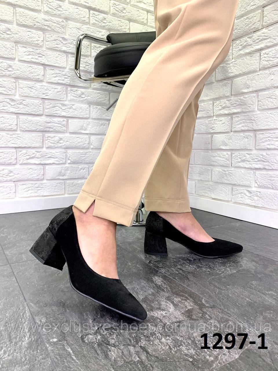 Туфлі жіночі замшеві чорні човники з принтом на п'яті на підборах