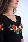 Стильное женское платье декорировано вышитыми маками на груди, фото 2