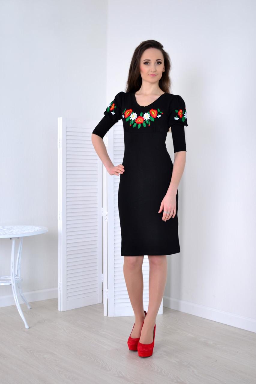 Стильное женское платье декорировано вышитыми маками на груди