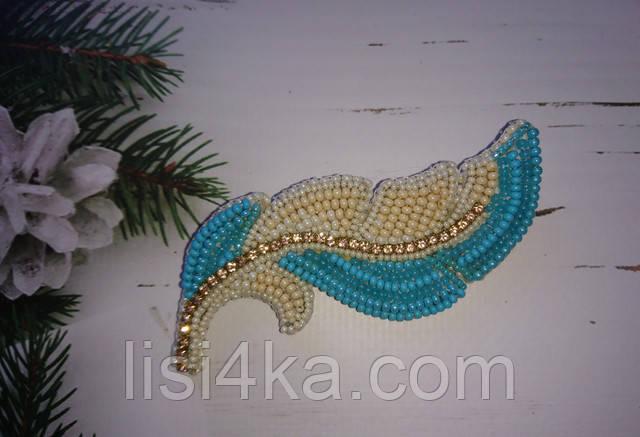 Авторская брошь перо птицы бежево-голубого цвета