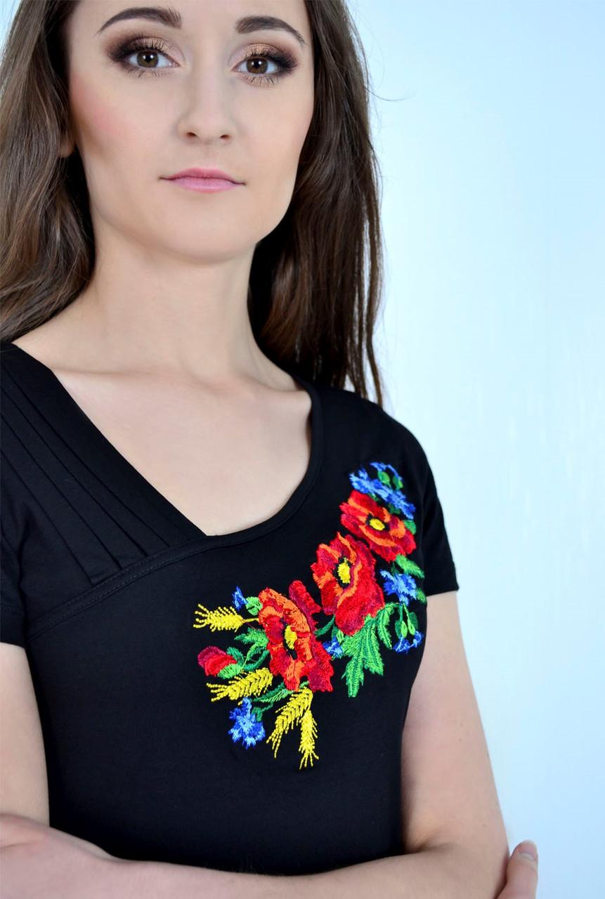 Модная футболка декорирована вышивкой с полевыми цветами