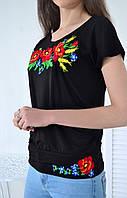 Модная женская футболка свободного кроя украшена вышивкой в украинском стиле маки