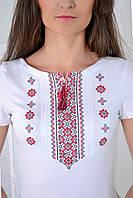 Модная украинская вышиванка в белом цвете с красным орнаментом