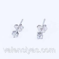 Небольшие серебряные серьги-гвоздики с фианитами.