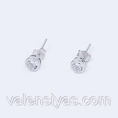 Серебряные серьги-пуссеты круглой формы с фианитами.
