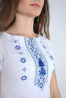 Классическая женская вышиванка с коротким рукавом с синим орнаментом