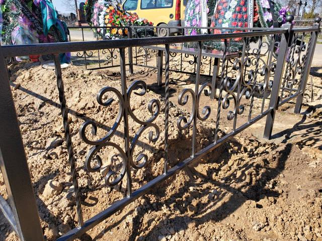 Кованая оградка на кладбище  -1