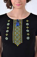 Модная украинская вышиванка с орнаментом в патриотических тонах