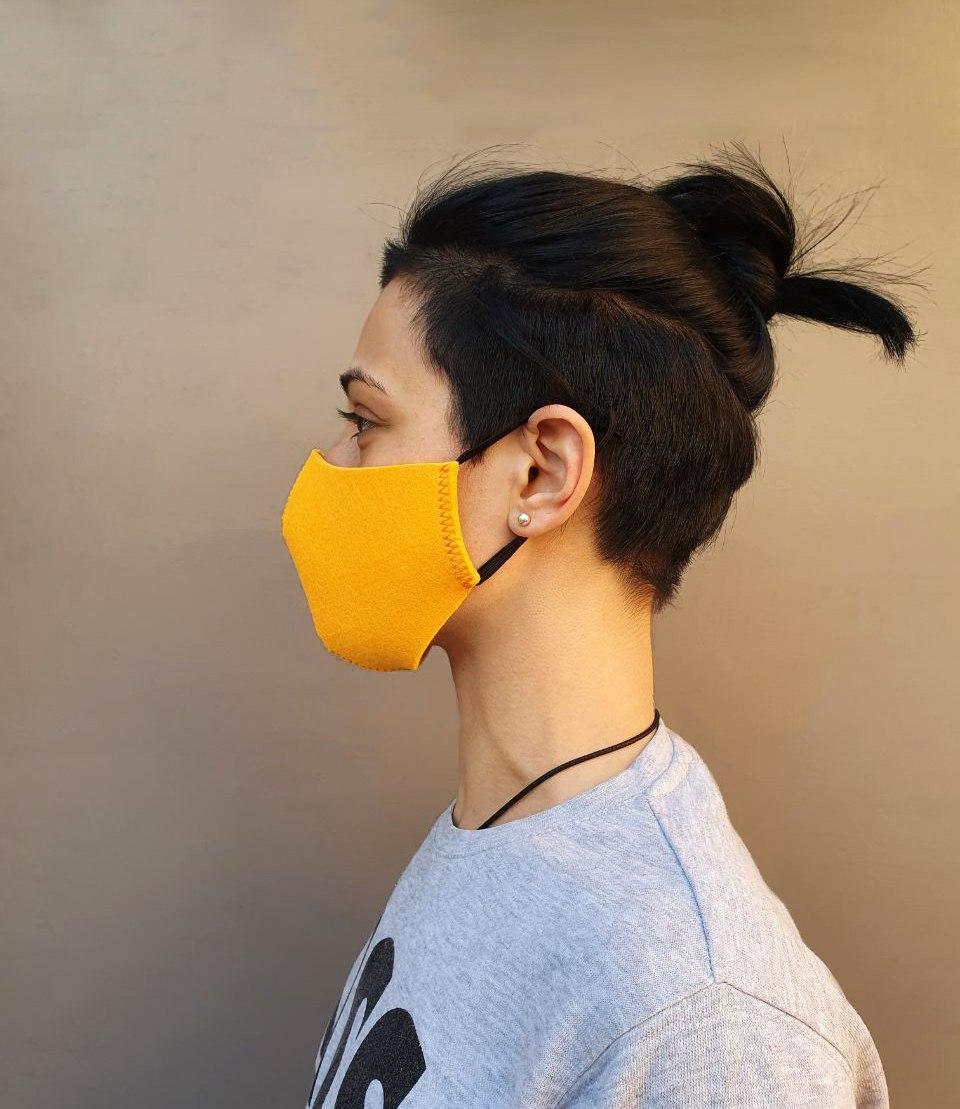 Маска защитная из фильтрующего материала желтая.