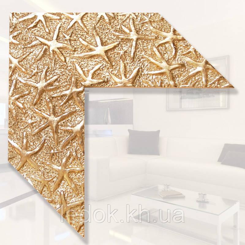 Зеркало в золотой деревянной раме