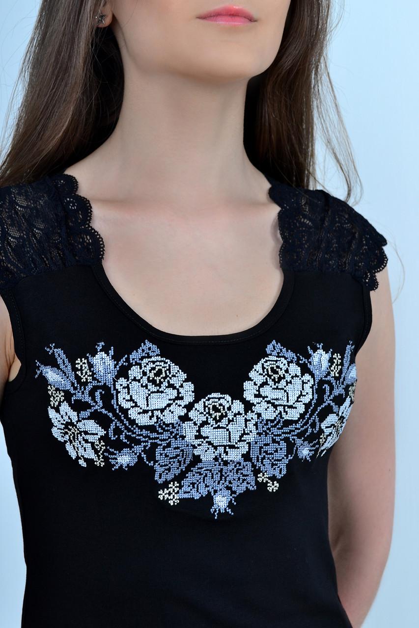 Праздничная  женская блуза с коротким рукавом декорирована вышитым букетом роз