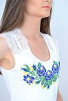 Нарядная молодежная блуза с гипюровыми вставками декорирована вышивкой