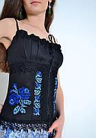 Роскошный женский корсет модного кроя украшен вышивкой крестиком из роз